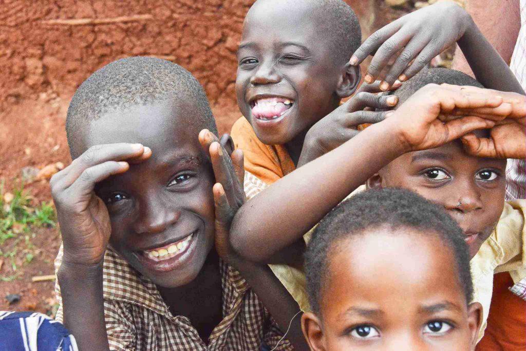 Straßenkinder im Slum von Nairobi, Kenia.