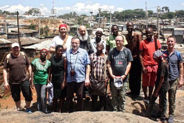 Das Team Ostafrika-Projekt e.V. im Slum von Nairobi, Kenia.
